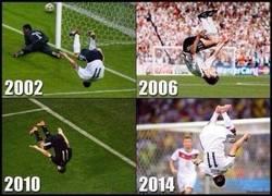 Enlace a Miroslav Klose celebrando goles en mundiales jugándose la vida desde 2002
