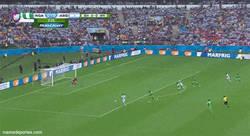 Enlace a GIF: Messi va cogiendo su mejor forma. 3 goles en 3 partidos