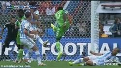 Enlace a GIF: Onazi le fractura el brazo a su compañero Bubatunde con un tremendo disparo a portería