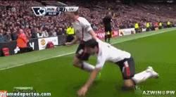 Enlace a GIF: Ni los compañeros de equipo se salvan. ¡El mordisco del que se libró Gerrard!