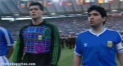 Enlace a GIF: Maradona insultando a los italianos por silbar el himno [remember]