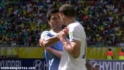 Enlace a GIF: Suárez ya midió a Chiellini el año pasado