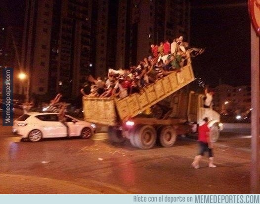 349463 - Tremenda imagen de aficionados de Argelia en París celebrando su pase a octavos