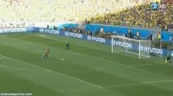 Enlace a GIF: Tiro al palo de Jara y Brasil a cuartos