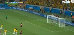 Enlace a GIF: ¡2-1, gol de James de penalti! Ha marcado en los 5 partidos