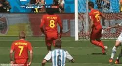 Enlace a GIF: Belleza plástica en el golazo del Pipa Higuaín que adelanta a Argentina