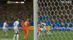Enlace a GIF: ¿Va a lamentar Holanda este tiro al palo de Sneijder?