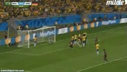 Enlace a GIF: Gol de Müller tras cantada de Brasil