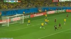 Enlace a GIF: Y el tercero, gol de Kroos. Empieza la humillación a Brasil