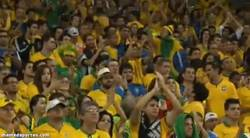 Enlace a GIF: Aplaude la afición brasileña a Alemania. Histórico