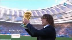 Enlace a GIF: Puyol ofreciendo la Copa del Mundo al estadio
