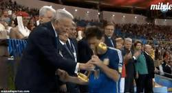 Enlace a GIF: Sorpresa, Messi balón de oro. Algo es algo