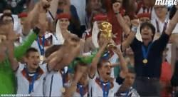 Enlace a GIF: Alemania levantando la copa, ¡grandes!