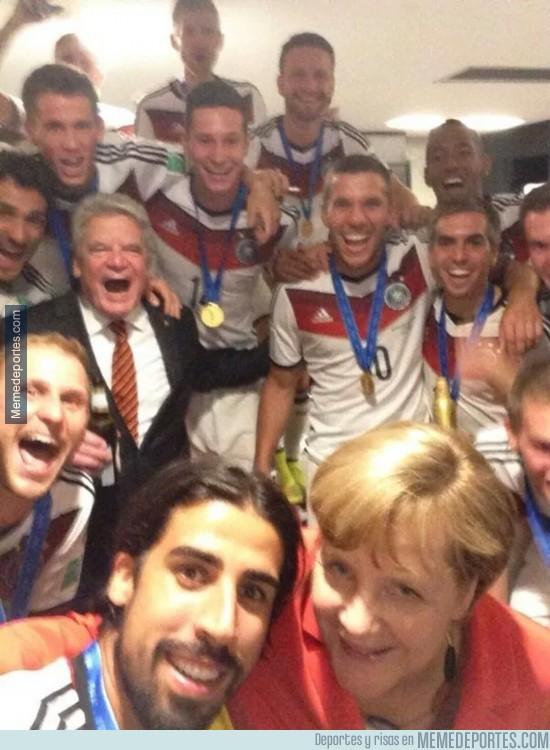 362169 - Selfie con Merkel, lo típico