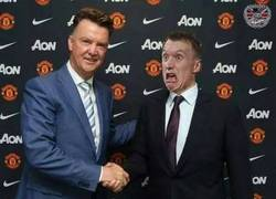 Enlace a Y como no, Phil Jones recibiendo a Van Gaal