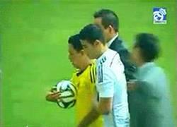 Enlace a GIF: James regala un balón a un aficionado colombiano que salta al campo y evita que se lo quiten