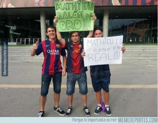 366134 - Los culés al menos se lo toman a cachondeo. Pancarta en el Camp Nou en la presentación de Mathieu