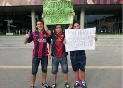 Enlace a Los culés al menos se lo toman a cachondeo. Pancarta en el Camp Nou en la presentación de Mathieu