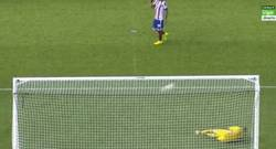 Enlace a GIF: Paradón a Siqueira tras el rechace del penalti