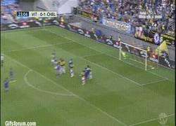 Enlace a GIF: Primer gol de Cesc Fábregas con el Chelsea y de qué manera lo hace