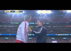 Enlace a VÍDEO: Van Gaal enfadado hasta en los amistosos, miedo me daría ser el cuarto árbitro