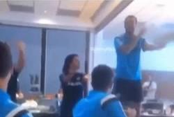 Enlace a GIF: La novatada que le han hecho a Cesc al llegar al Chelsea, bailar la Macarena