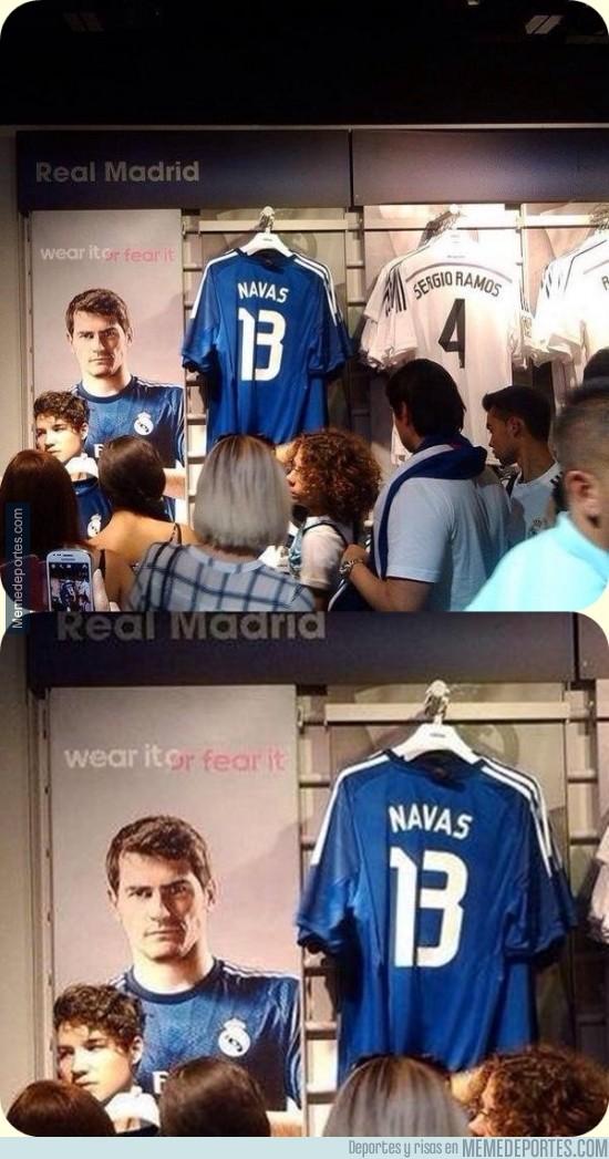 369984 - Los de la tienda del Real Madrid son unos cachondos colocando las camisetas