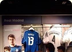 Enlace a Los de la tienda del Real Madrid son unos cachondos colocando las camisetas