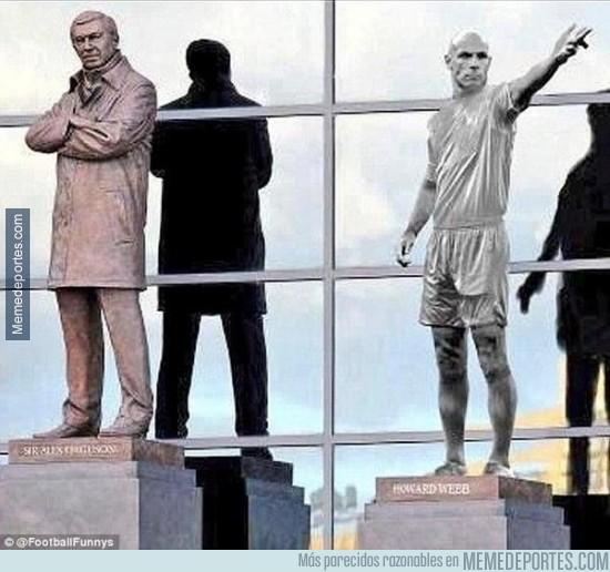 370468 - La estatua homenaje a Howard Webb en Old Trafford tras su retirada