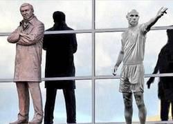 Enlace a La estatua homenaje a Howard Webb en Old Trafford tras su retirada