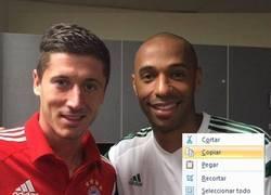 Enlace a Thierry Henry, entrenado para aparecer con la misma cara en todas sus fotos