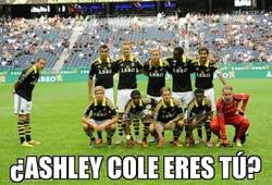 Enlace a Kenny Pavey del AIK haciendo un Ashley Cole