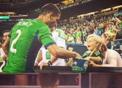 Enlace a Gran gesto de Dempsey que le cambia su camiseta por unas palomitas a un niño