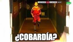 Enlace a Mario Götze calentando en el pasillo para evitar los reproches de la afición del Dortmund