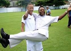 Enlace a Ese momento incómodo en el que tienes en brazos a Pelé