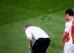 Enlace a GIF: Cazorla se come todo el spray del árbitro