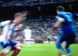 Enlace a GIF: A Iker Casillas siempre se le ha dado bien quebrar a los delanteros
