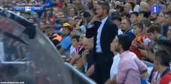 Enlace a GIF: Mientras tanto, Simeone dirigiendo el partido desde la grada