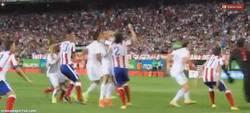 Enlace a GIF: La brutal agresión de Cristiano a Godín, desde más cerca. 3 puñetazos en la cara
