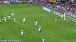 Enlace a GIF: Los del Barça quieren destrozar la portería del Elche a zapatazos. Ahora Iniesta