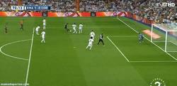 Enlace a GIF: Gol anulado al Córdoba por fuera de juego. Pitos en el Bernabeu