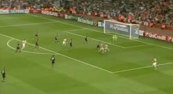 Enlace a GIF: Sí, lo estás viendo bien. El primer gol de Alexis da la clasificación al Arsenal parcialmente