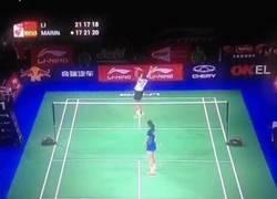 Enlace a GIF: Con este punto Carolina Marín se proclamaba campeona del mundo