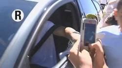 Enlace a GIF: Cristiano empuja a un niño que se le colaba en el coche