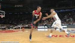 Enlace a GIF: Tremenda asistencia de Stephen Curry