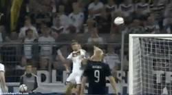 Enlace a GIF: Golazo de cabeza de Muller contra Escocia