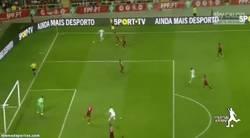 Enlace a GIF: Con este GOLAZO de Bekim Balaj Albania dio la sorpresa y venció a Portugal.