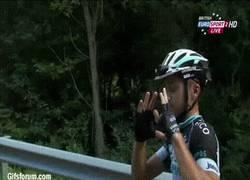 Enlace a GIF: Brambilla mandando un saludo a la cámara después de ser expulsado de la Vuelta España