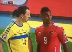 Enlace a GIF: A Zlatan no se le toca