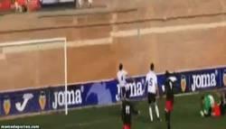 Enlace a GIF: Cómo salvar un gol seguro. Modo Dios